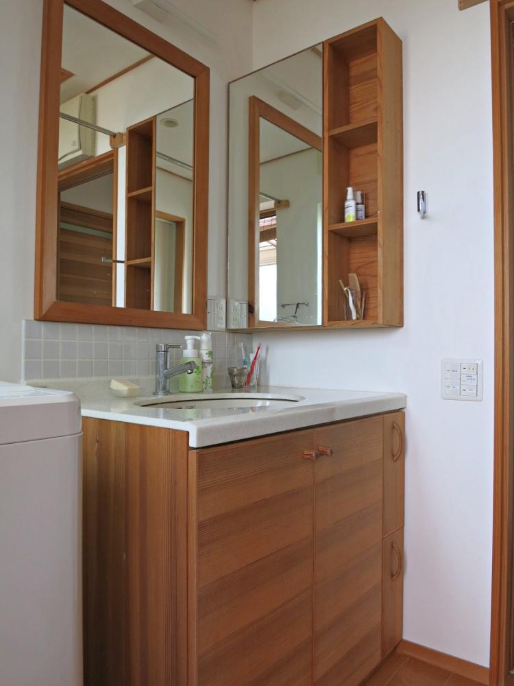 家具調の洗面台。天板は白のモザイクタイル。