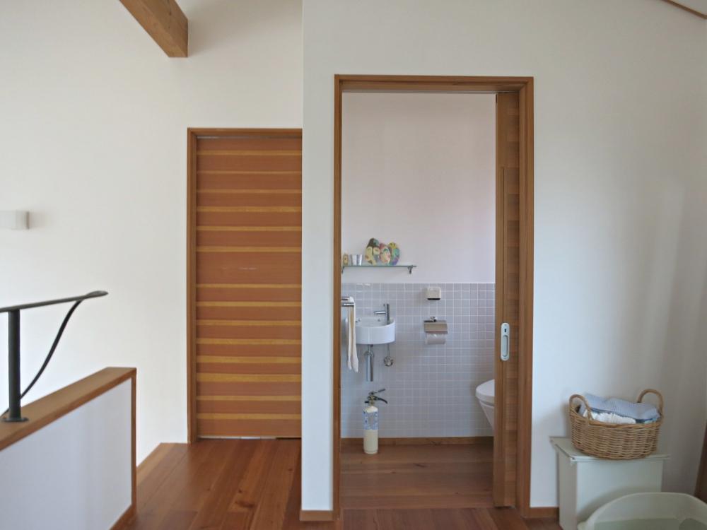 右の扉はトイレ。左の扉は寝室。