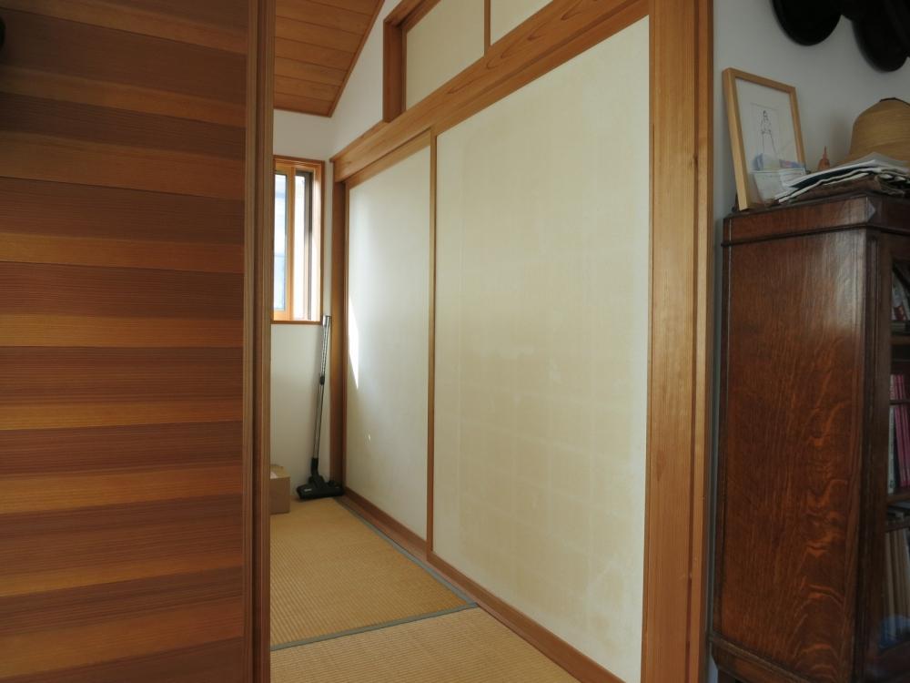 和室。天井は板貼りになっています。