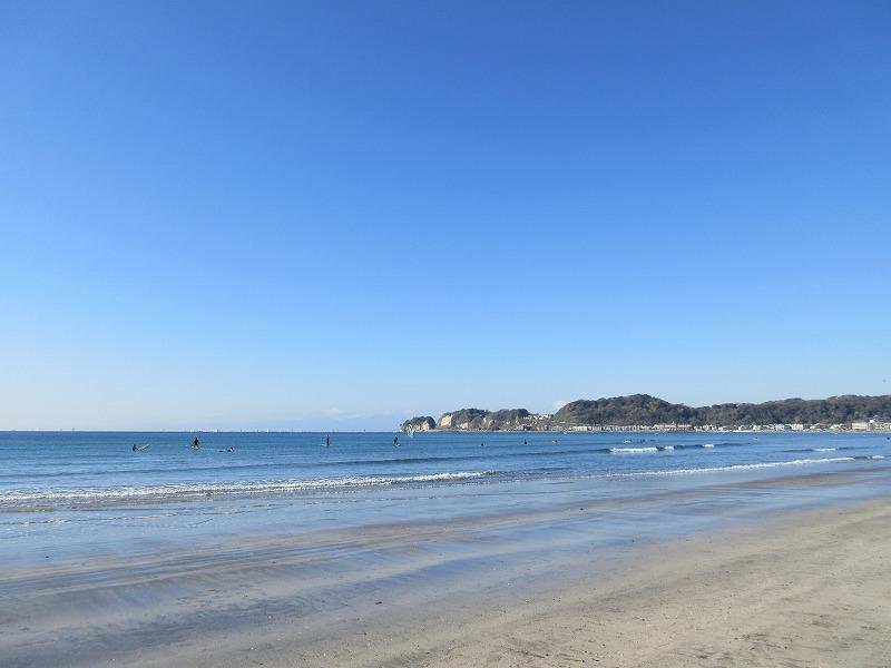材木座の海は穏やか。SAPやウインドサーフィンをする人も