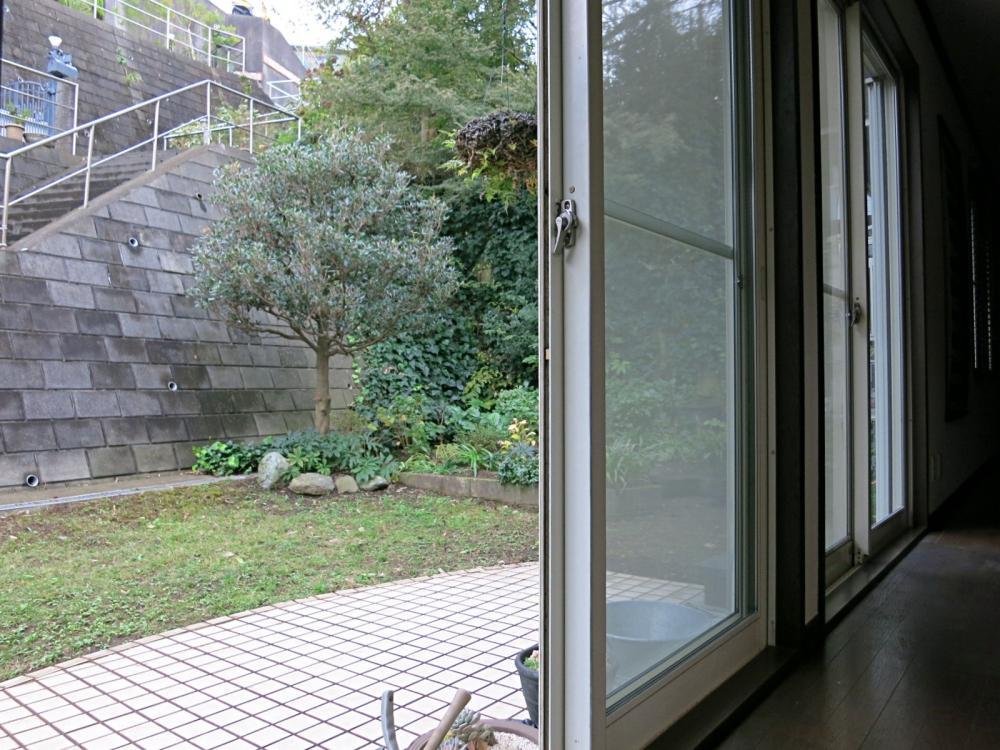LDKから続く庭。擁壁に囲われ不思議なプライベート感があるのです。