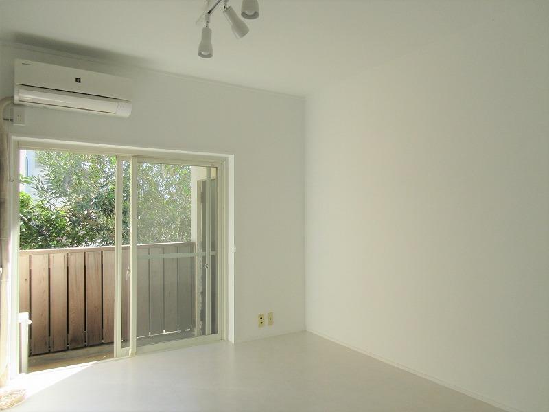 白の床、壁で1階でも明るく感じる