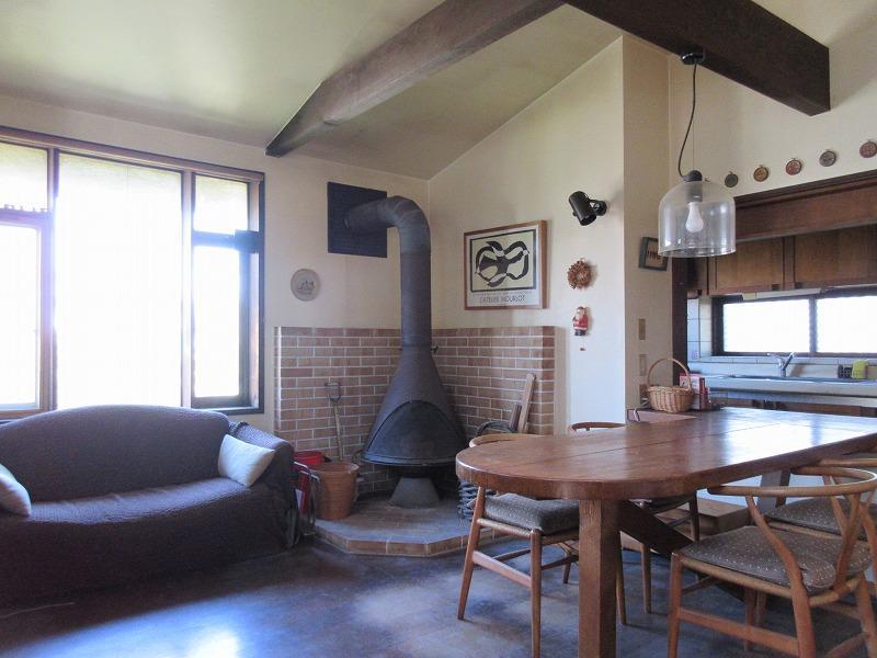 1段上がって、ダイニングスペース。据え付けのテーブルと暖炉もある