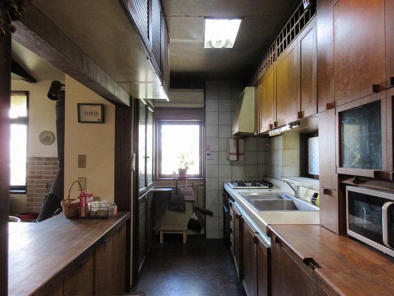 収納の充実したキッチン。設備はやや古い
