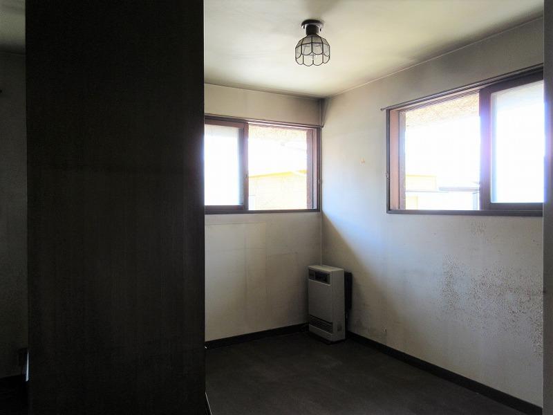 2階の洋室は、本棚で2部屋に区切られている