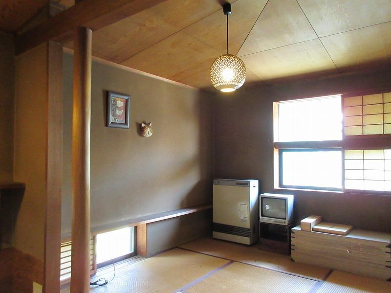 2階和室は勾配天井となっている