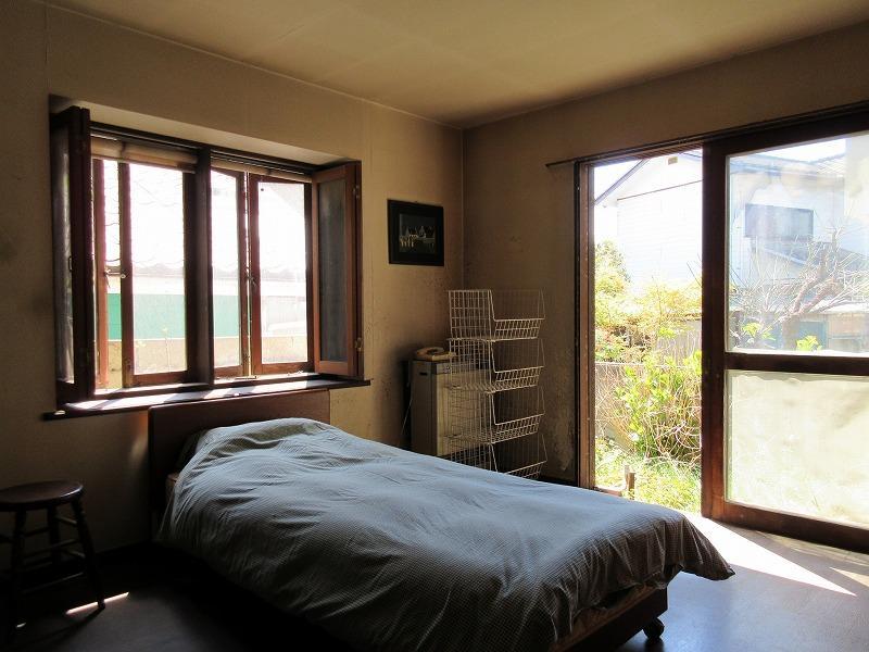 1階南の部屋の寝室。小さな庭にでることもできる