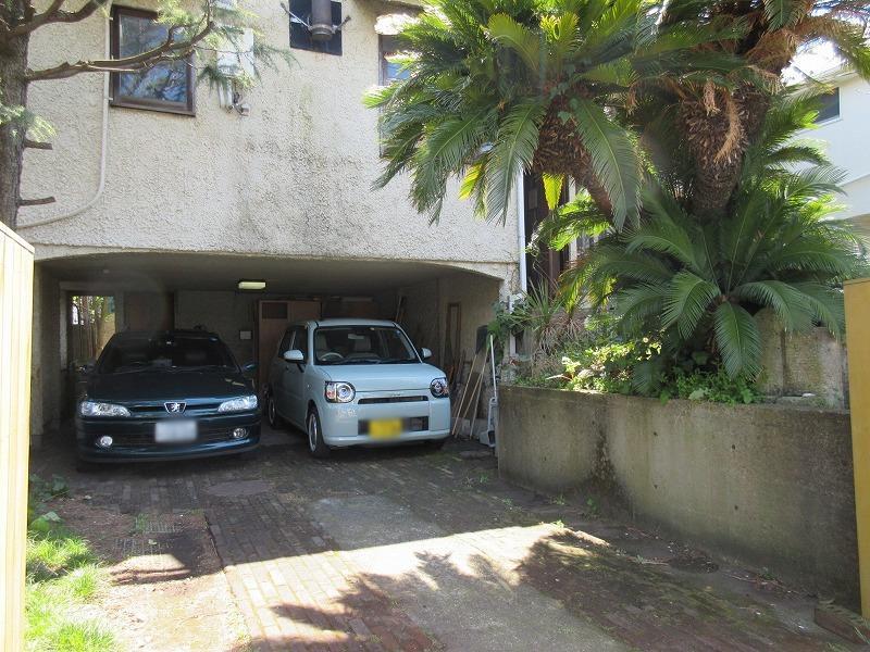 駐車スペース。車種によっては2台駐車可