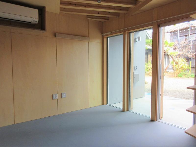 A1|玄関扉がガラス戸でオープンな雰囲気