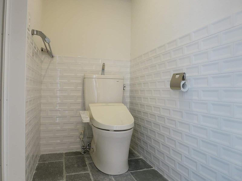 トイレは清潔感のあるタイルを使用しています。