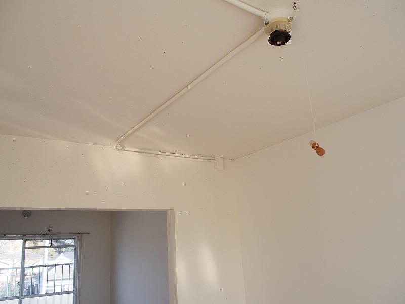301号室 天井の配線は露出