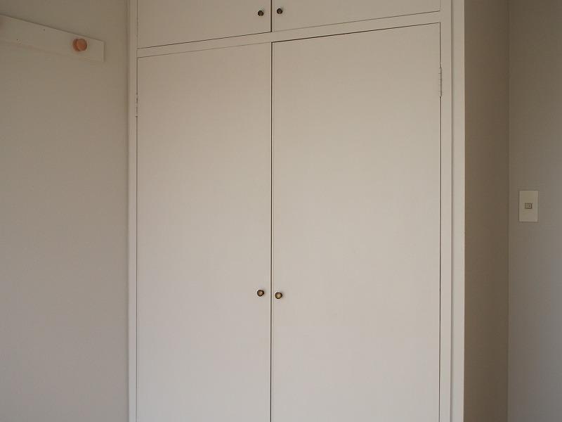 301号室 個室の収納扉は前入居者が塗装しました。