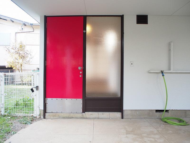 真っ赤なドアとピロティがモダン建築