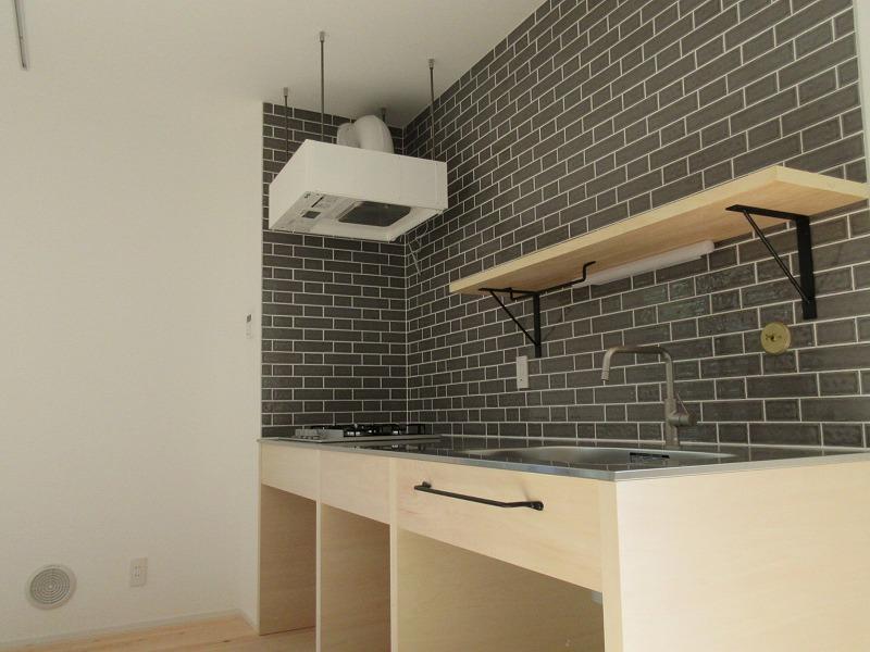 見せる収納のキッチン。ガスコンロ4口