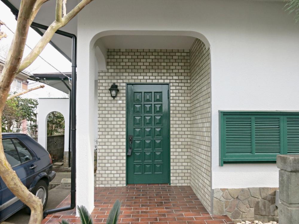 釉薬タイルがかわいらしいアプローチと玄関。