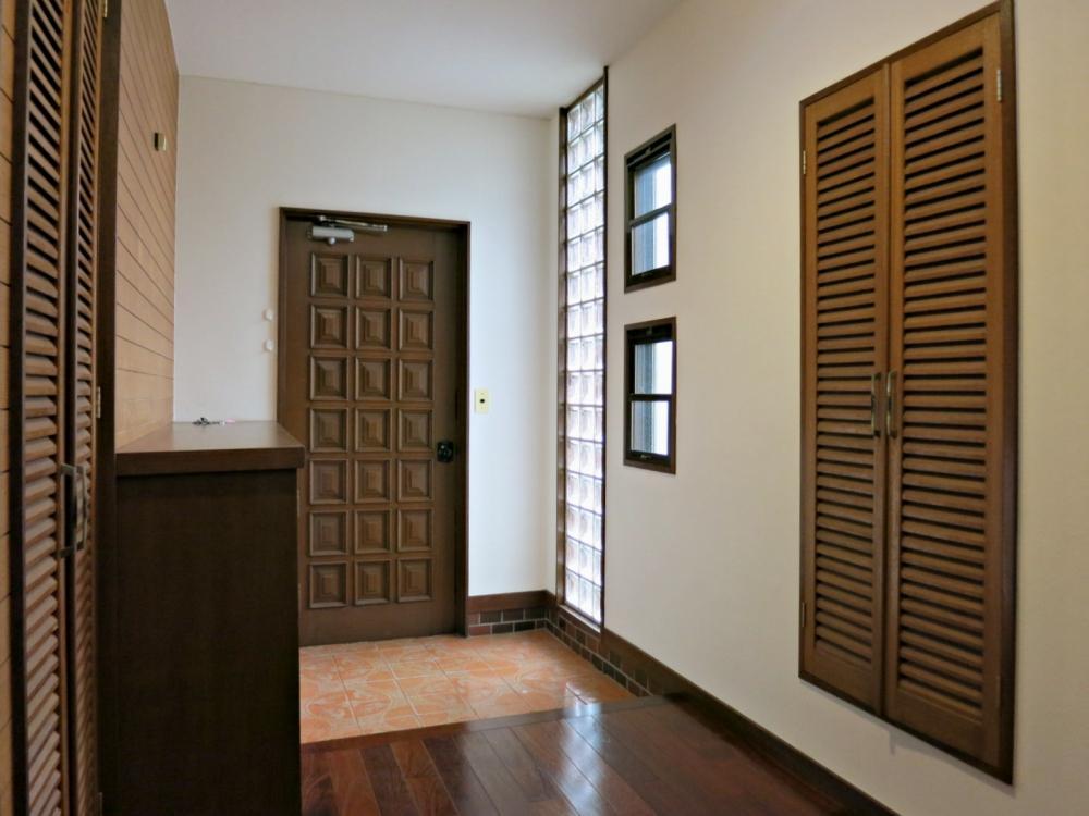 ゆったりした玄関はガラスブロックからの明るい採光。