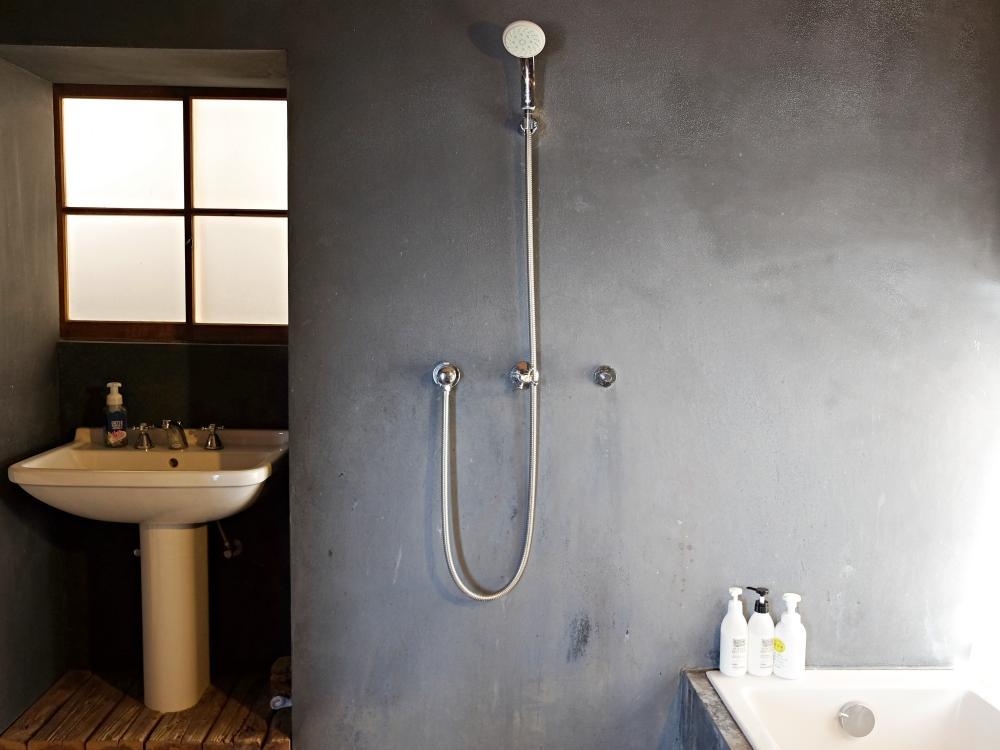 バスルーム。炭入りモルタル仕上げ。