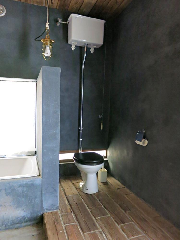 バスルーム。床と天井に古材が使われています。