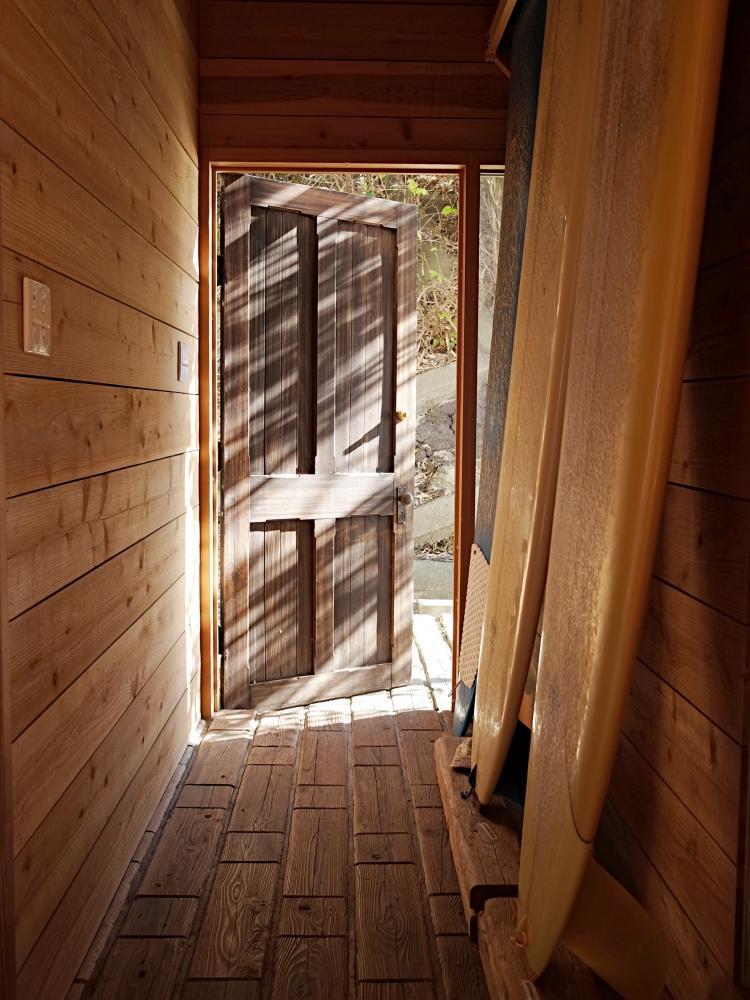 玄関。床と玄関ドアに古材が使われています。