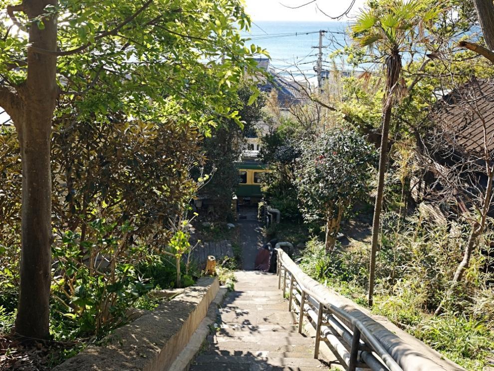 階段の途中からも海が見える。