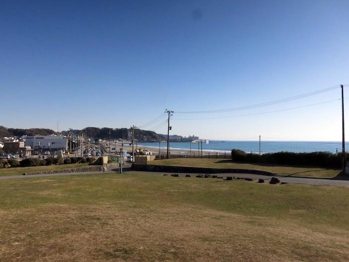 歩いてすぐ、この公園|そして由比ガ浜の波チェック