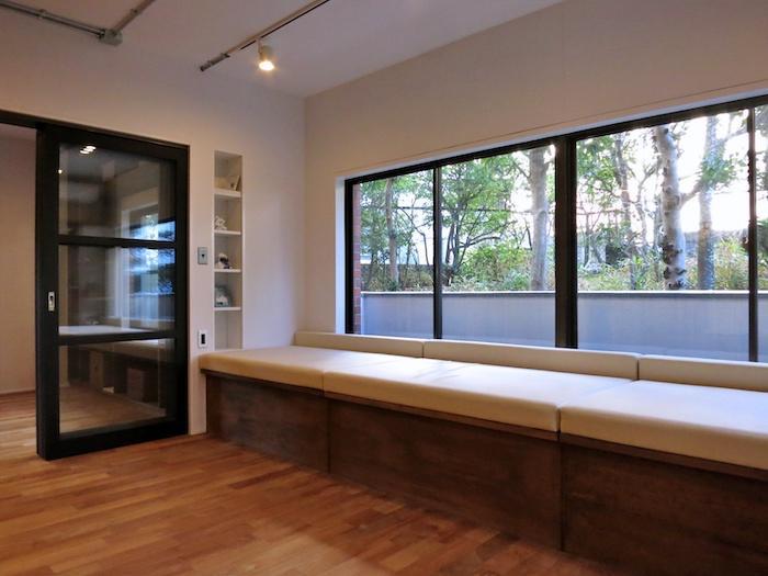 ベンチを逆方向からみる|隣接する室とはガラスの建具で区切られています