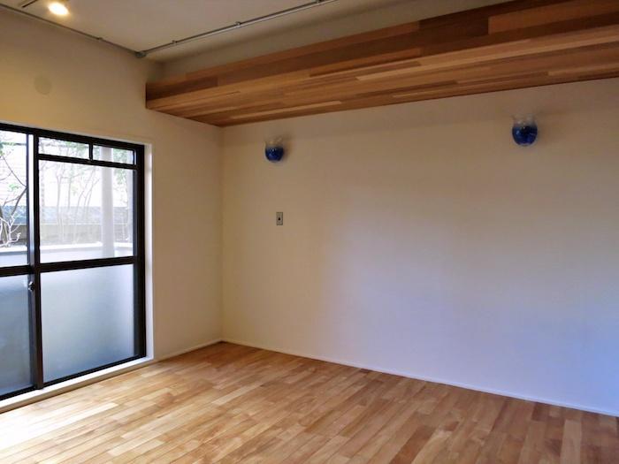 寝室にも木材を天井化粧にも使うことで、篭る感じが出ますね