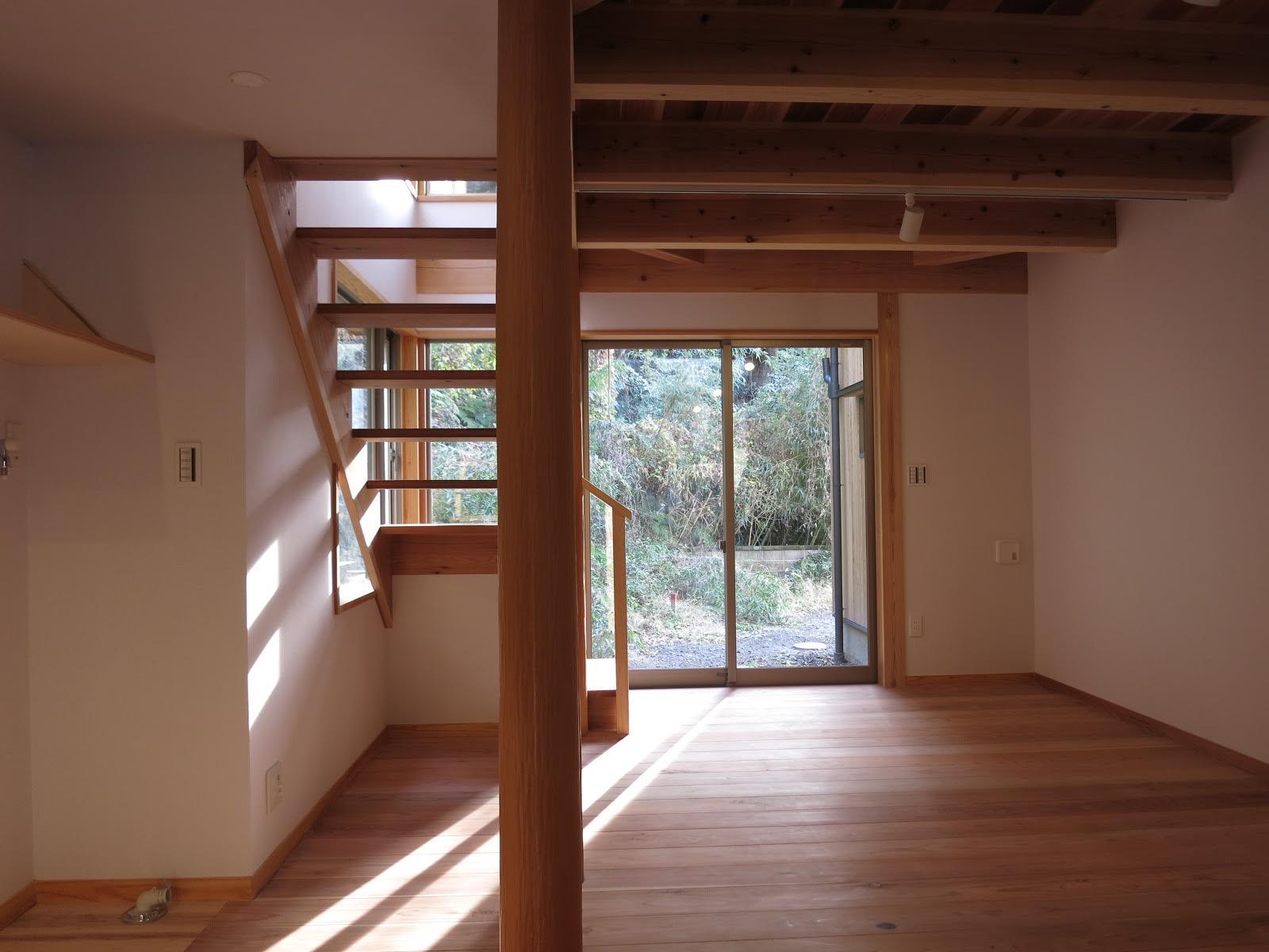 階段の隙間からも光が