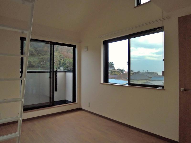 205号室の室内|2面採光と高い天井が広さをうみます