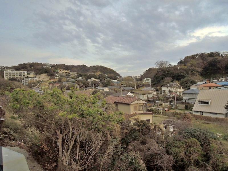 極楽寺方向の眺望|遠くに見える山と家々がいい
