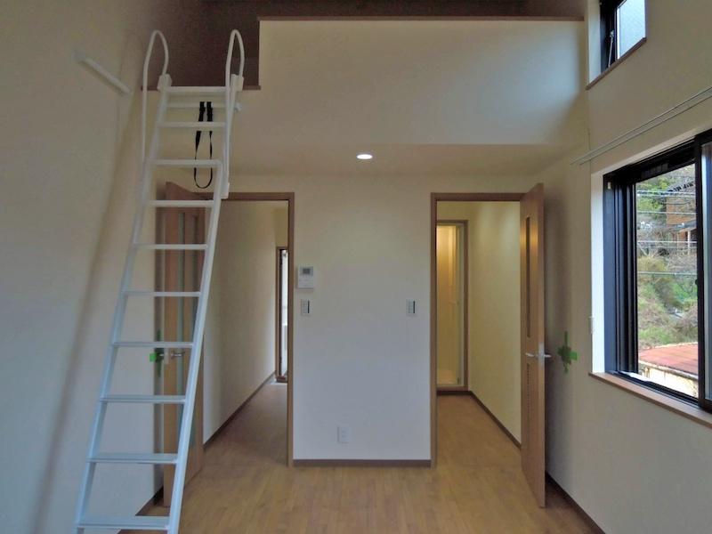 201号室も角部屋|こちらの部屋の方が緑が多めに感じます