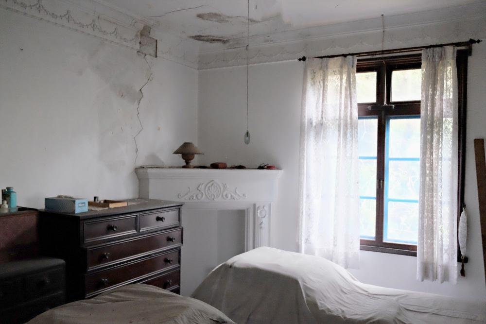 2階|マントルピースとモールディングが残る主寝室。