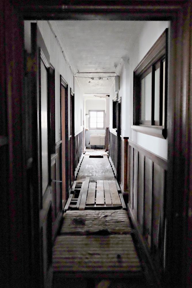 1階|廊下。床組が崩れ落ちています。