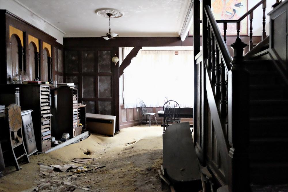 1階|ホール。床組が崩れ落ちています。見事な装飾ですが損傷が酷いのでこの部屋は根本的な改修が必要です。
