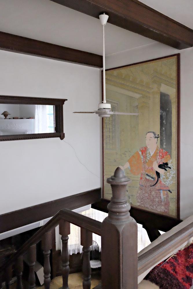 2階|吹抜け(絵画はなくなります)室内窓の向こうが主寝室。かつてはステンドグラスがはめ込まれていたそう。