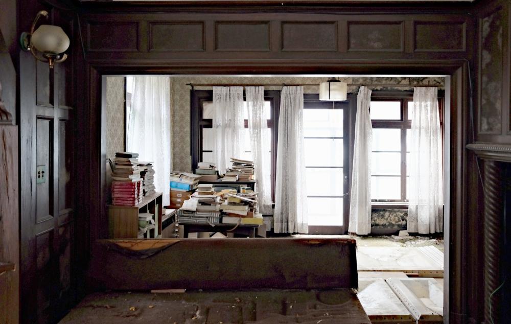 1階|ホールから前庭方向を見たところ。建具の向こうはサンルーム。