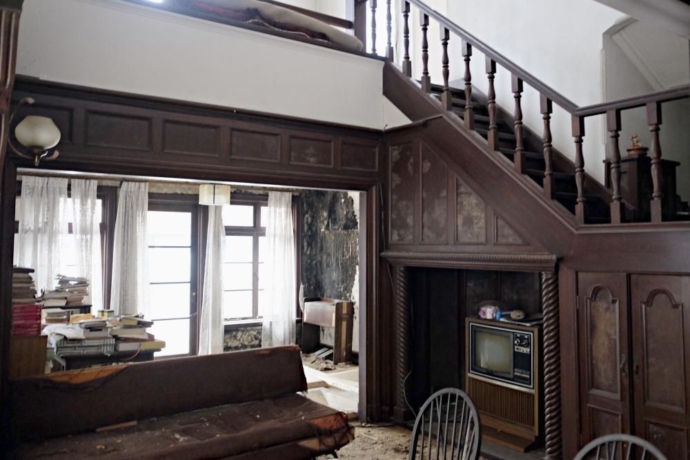 1階|ホール。細かい細工が施された階段が上下階をつなぎます。