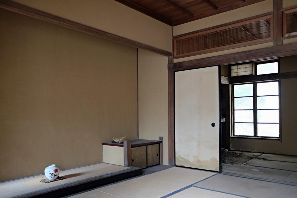 2階|次ノ間(和室)は一部床天井とも抜け落ちています。
