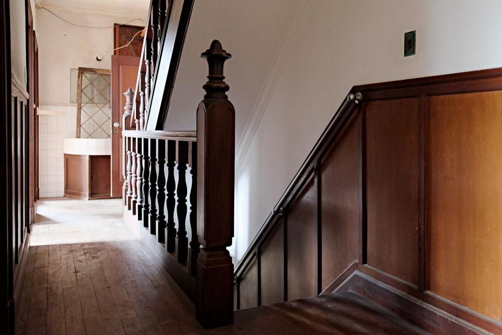 2階|西側の階段。正面は洗面台です。登ると屋根裏部屋へ。