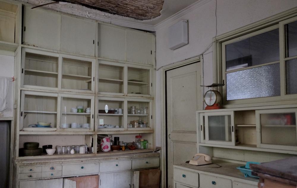1階|厨房。天井と床の傷みがひどいです。再利用できるとしたら建具くらい。