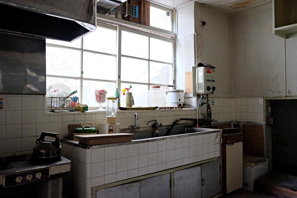 1階|厨房。天井と床の傷みがひどいです。