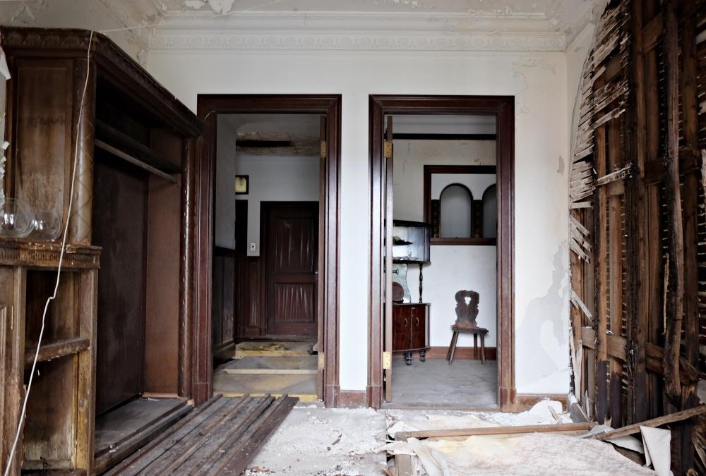 玄関|装飾と損傷、同時の視覚インパクトで思わず立ちすくみます。