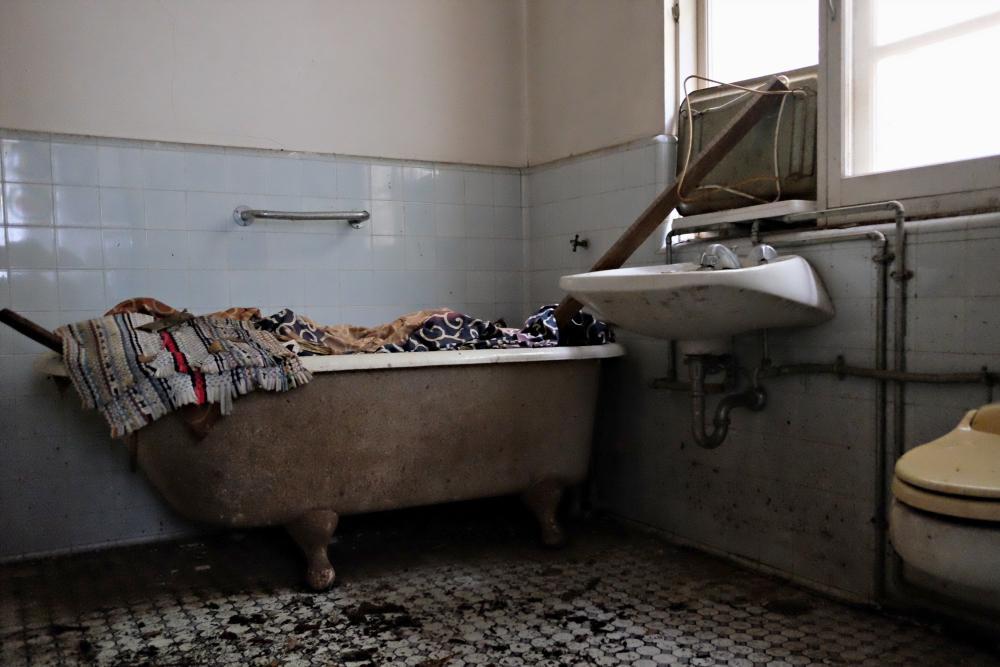 2階|主寝室専用の浴室。天井が抜け落ちています。