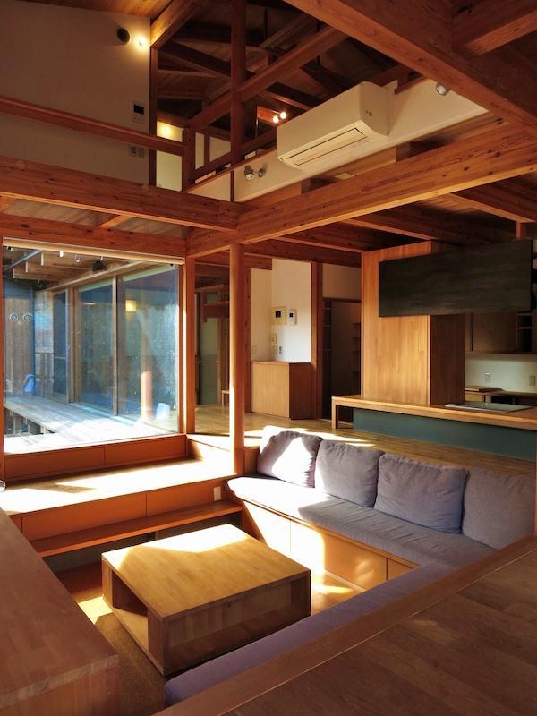 居間より台所、中庭、玄関方向を見る