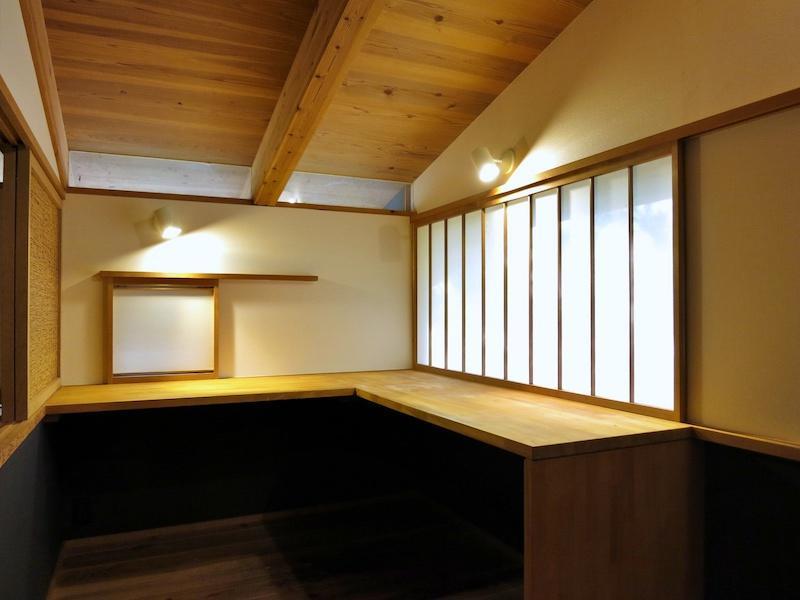 仕事場の書斎|縦格子の障子の向こうが山の斜面