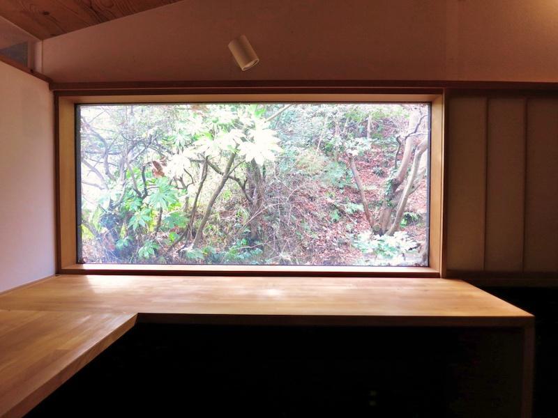 書斎|机の障子からの景色|斜面に山の湧き水