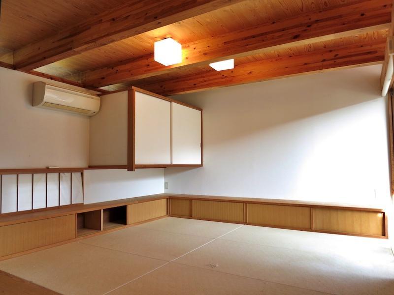 1階居間に隣接する和室は6帖の数寄屋風