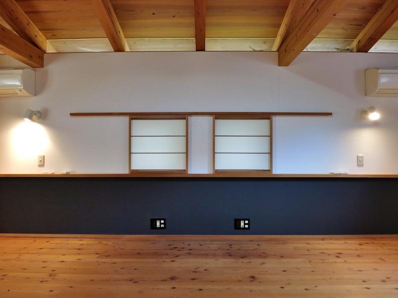 2階寝室は壁面の窓から天井までの納まりが美しい