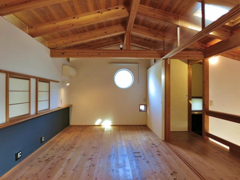 2階寝室には丸窓が配置されている