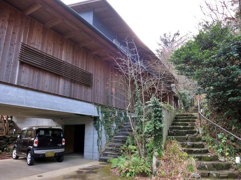 外観|左側の階段が物件へのアプローチ